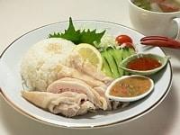 ご飯、鶏肉、野菜を盛り付け、タレを添える