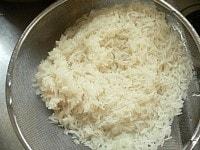 タイ米をさっと洗って水を切る