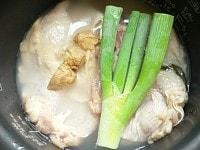 水、酒、塩、鶏肉、ネギ、生姜をのせて炊く
