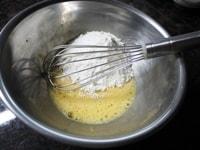 卵とホットケーキミックスを混ぜる