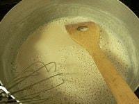 きな粉を加えて混ぜて火を止める