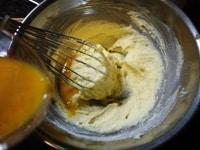 卵を少しずつ加え混ぜる