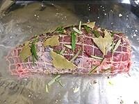 豚肉に、塩、黒胡椒、ニンニク、ハーブをすり込む