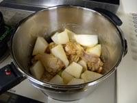 大根、調味料を加え、圧力鍋で煮る