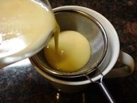 とかしたチョコレートに卵液を加える