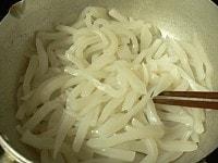 コンニャクを鍋で乾煎りして水を切る