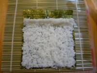 全型海苔に酢飯を広げます。