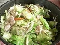 鶏肉とにんじんを炒め、野菜を炒める