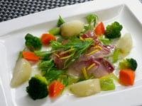 水菜の上にマリネのぶりの刺身、蒸し野菜を盛りつける