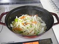 オリーブオイルとバターを加え野菜類を炒める