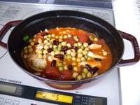 鶏肉を戻し、トマト缶、豆缶を加え蓋をして30分煮込む