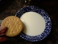 ビスケットを牛乳にひたす