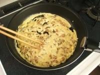 フライパンに具材と合わせた卵液を入れる