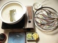 土鍋に昆布と水を入れて火にかけ、煮立ったら酒を入れる