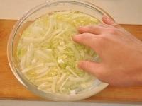 白菜を水にさらす
