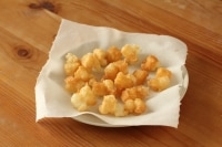 お皿にキッチンペーパーを敷いて取り出します