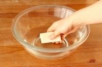 餅を水にくぐらせる