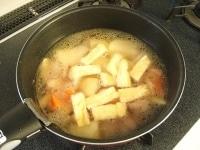 水、だしの素、具材を順番に鍋に入れて煮る