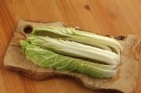 白菜を縦3~4cm幅に切ります。