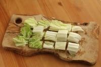 白菜を横3~4cm幅に切る。これがざく切り。