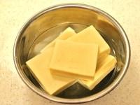 高野豆腐を水で戻す