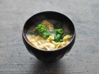 お味噌汁を椀にそそいで盛り付ける