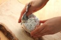 玉ねぎを皮ごとアルミホイルで包みます。