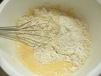 卵を溶いて牛乳を混ぜ、ミックス粉を混ぜる