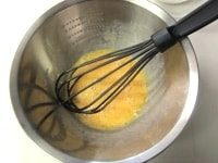 ボウルに卵を入れて混ぜる