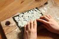 ラップの上に酢飯を広げ、海苔、(4)、(6)をのせて巻く。