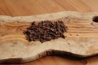 チョコレートを細かく刻みます。