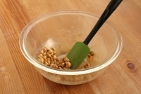 炒り豆を加えて和えます。