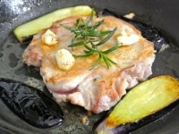 フライパンで鶏肉と茄子を焼く