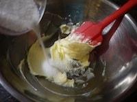 バターとグラニュー糖を合わせて混ぜる