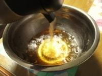 湯だけをボウルにあける