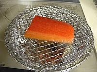 ナラのチップを底全体に広げ、中火にかける
