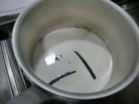 牛乳、バニラビーンズを沸騰させる
