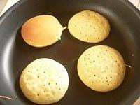 ミックス粉を溶いてパンケーキを焼く