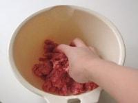 餃子のタネを作る