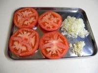 トマトは輪切り、たまねぎとニンニクはみじん切り