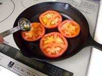 トマトを並べ、オリーブオイルをかける