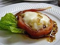 サラダ菜と生ハムを添え、ソースをかける