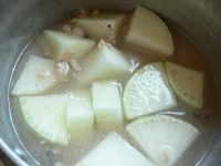 小鍋に大根、汁、酒、水、調味料を入れて煮る
