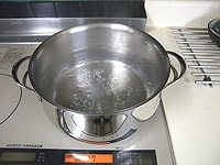 たっぷりの湯で、さっと湯通しをする