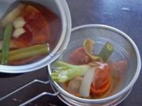 野菜を濾す