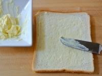 食パンにからしバターを塗る