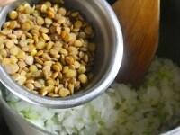 野菜とレンズ豆を炒める