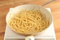 スパゲッティを戻し入れ(1)を加えて火にかけます。