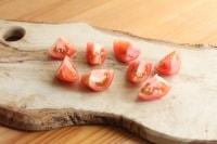 トマト1個は大きめの乱切りにします。