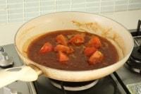 水、カレールウ、すりおろしトマトを加えて煮ます。